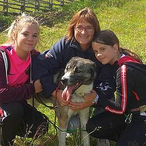 Monique van Buytene met hond en kinderen